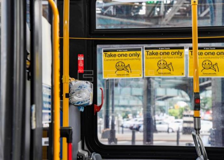 Nueva York coloca dispensadores con mascarillas en autobuses
